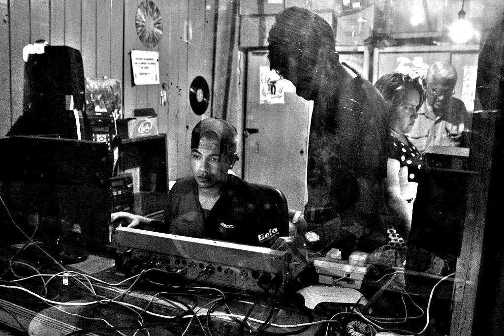 Jóvenes en la cabina de operación técnica de una radio