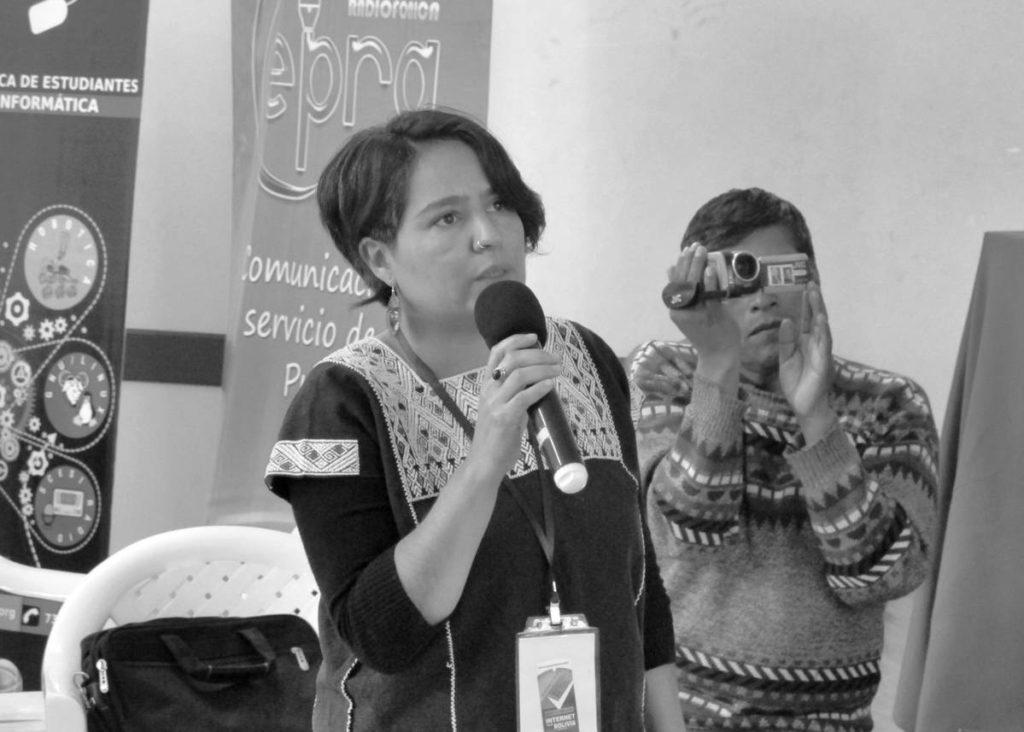Loreto Bravo al micrófono durante el encuentro de radios comunitarias y software libre